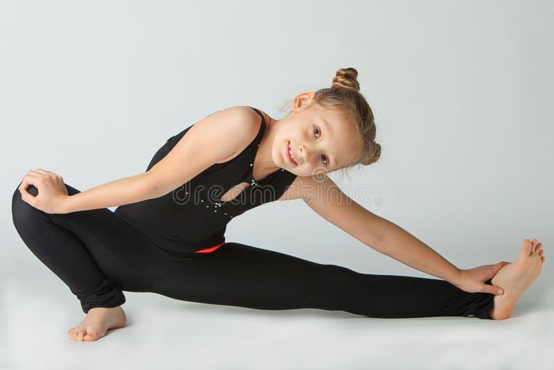 Belle femme faisant le yoga sur le fond blanc photo libre de droits