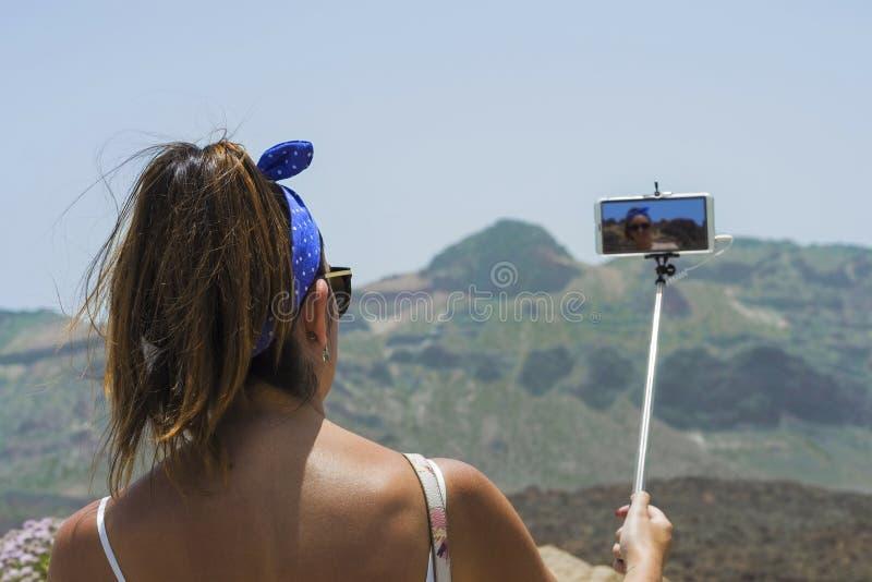 Belle femme faisant un selfie sur une montagne, avec une vue image libre de droits