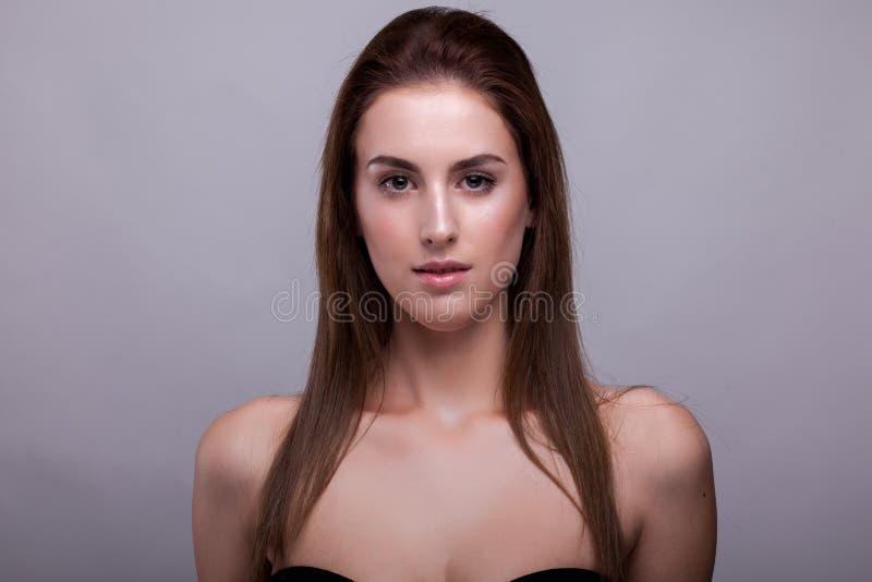 Belle femme fraîche sans le maquillage en photo de studio image stock