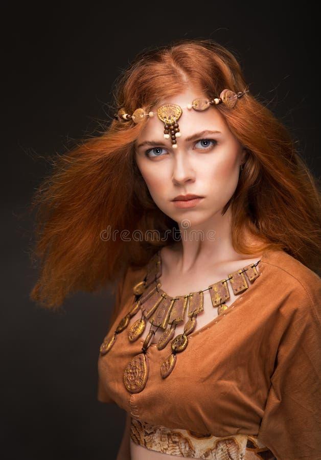 Belle femme habillée comme Amazone photo stock