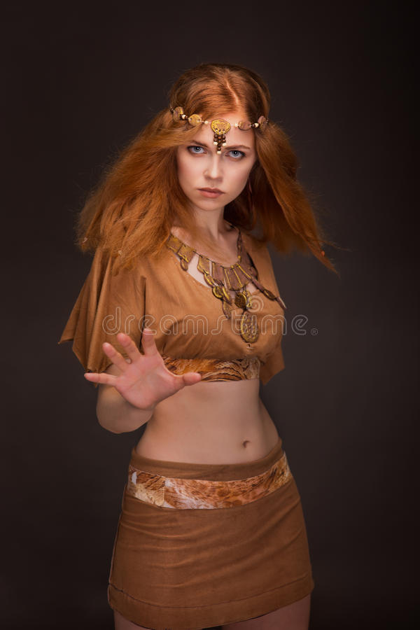 Belle femme habillée comme Amazone photos stock