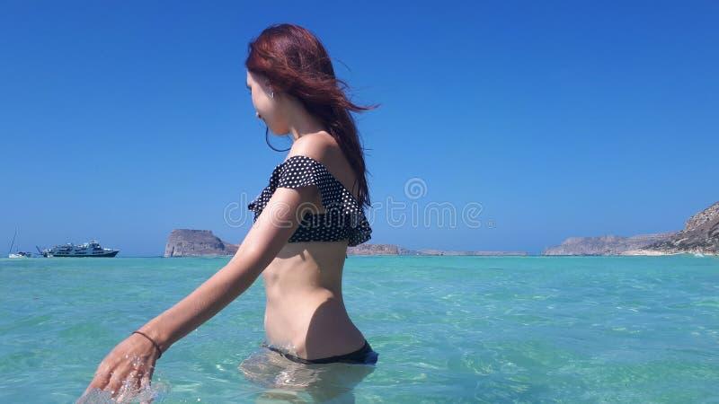 Belle femme heureuse dans le bikini dans l'eau de turquoise Plage de Balos, Gr?ce photographie stock libre de droits