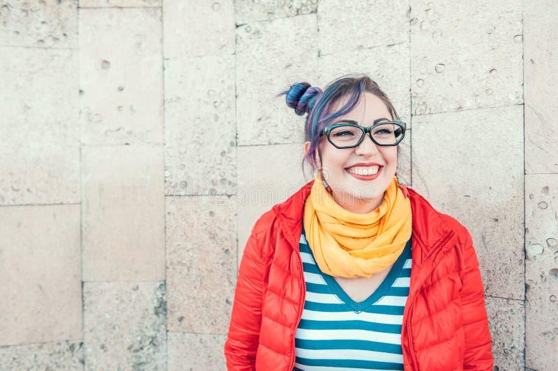 Belle femme heureuse de hippie de mode avec le laughin coloré de cheveux photos libres de droits