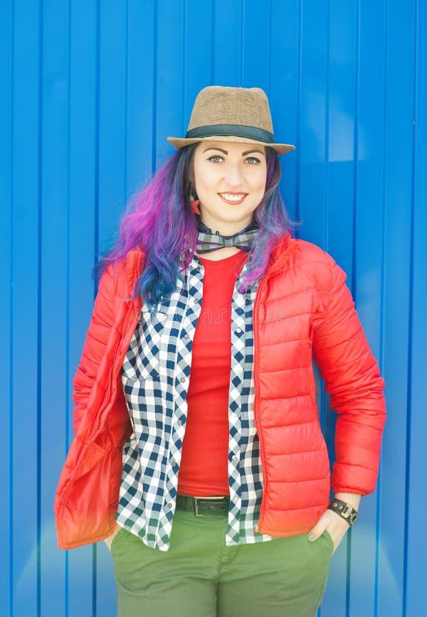 Belle femme heureuse de hippie de mode avec les cheveux colorés photo stock