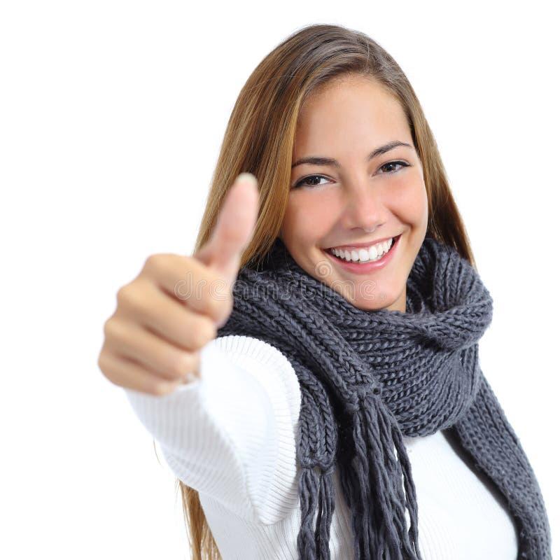 Belle femme heureuse en hiver d'isolement photographie stock libre de droits