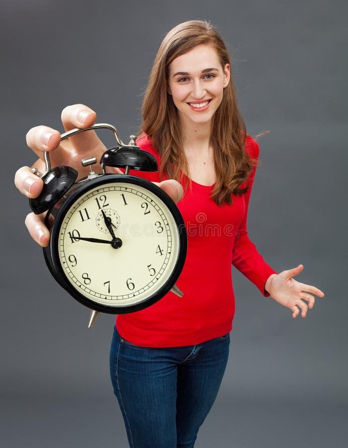 Belle femme heureuse pour le foyer sur la patience et la gestion du temps images libres de droits