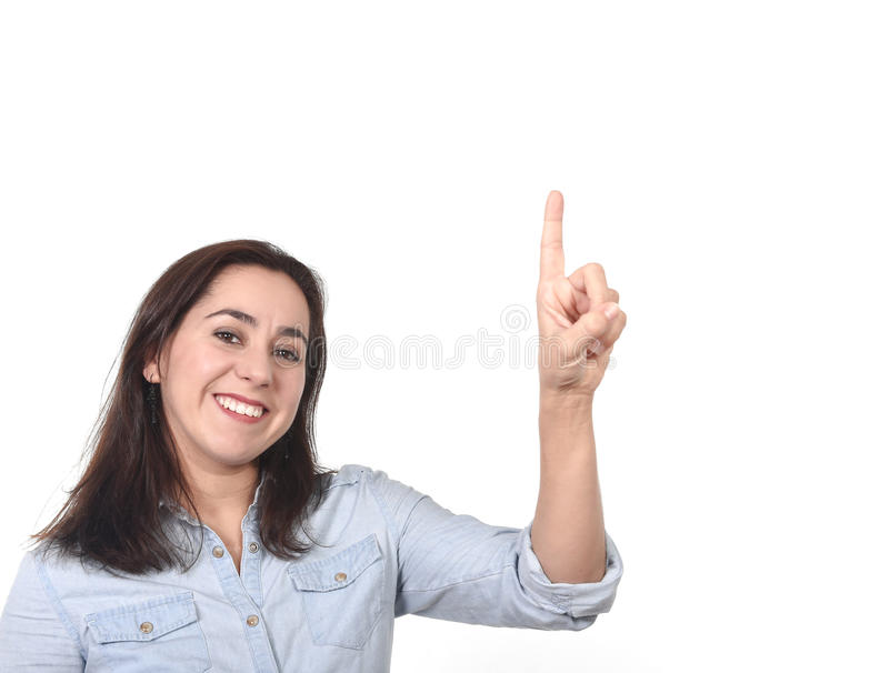 Belle femme hispanique heureuse se dirigeant avec le doigt sur sûr de sourire de l'espace vide de copie d'isolement photo libre de droits