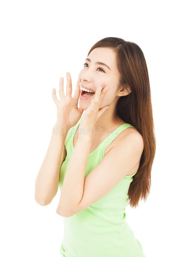 Belle femme hurlant heureusement d'isolement sur un blanc image libre de droits
