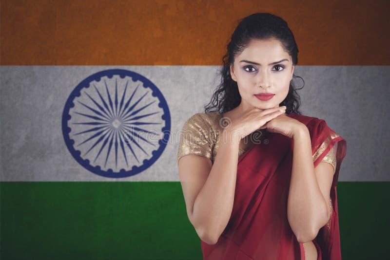 Belle femme indienne avec des mains sur le Saree de port de menton photographie stock libre de droits