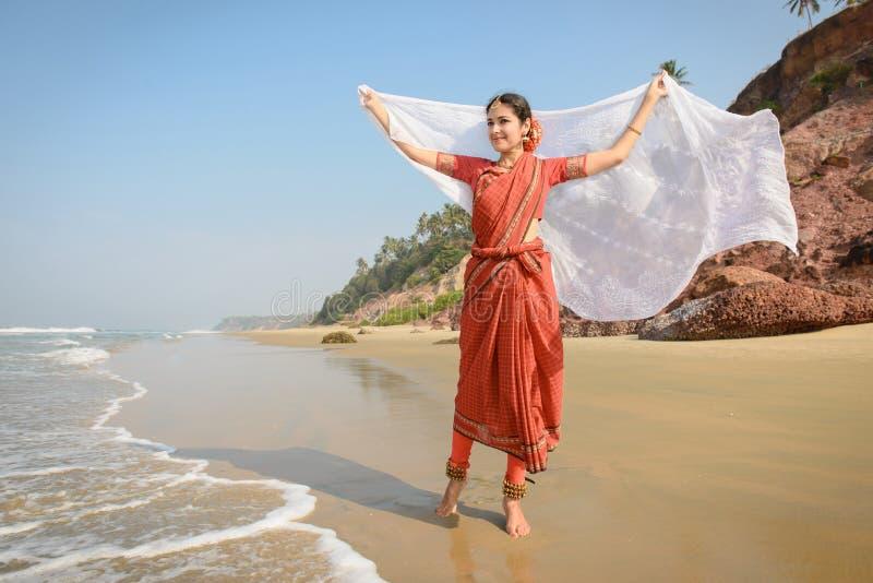Belle femme indienne dans l'écharpe rouge de blanc de whith de saree photographie stock libre de droits