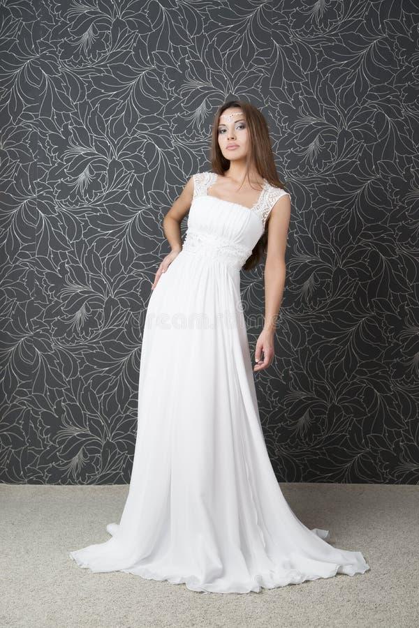 Belle femme indienne dans la robe de mariage blanche photo stock