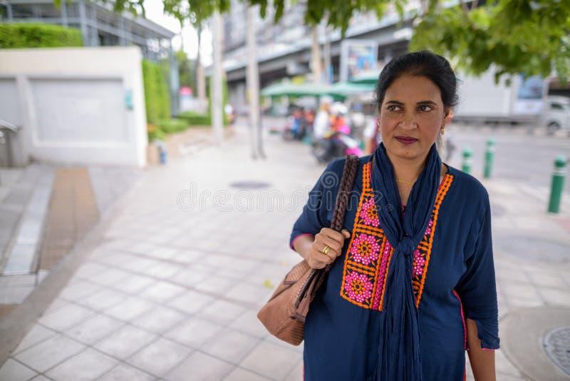 Belle femme indienne mûre explorant la ville de Bangkok, Tha images stock