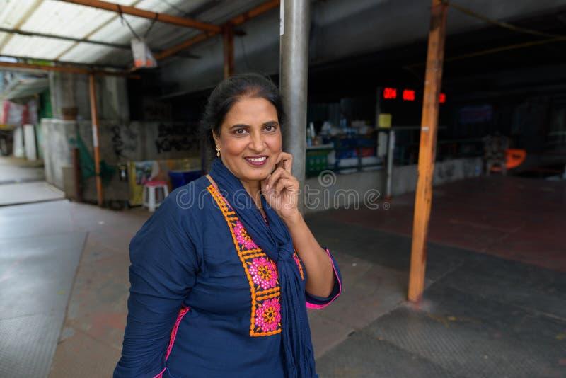 Belle femme indienne mûre explorant la ville de Bangkok, Tha photo stock