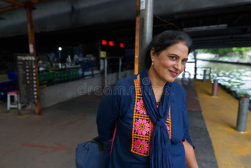 Belle femme indienne mûre explorant la ville de Bangkok, Tha image stock