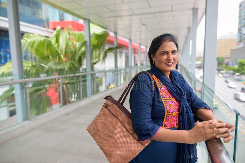Belle femme indienne mûre explorant la ville de Bangkok, Tha photographie stock