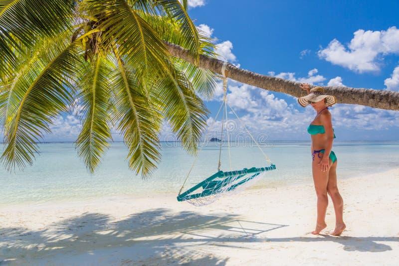 Belle femme insouciante heureuse appréciant le soleil sur la plage Jeune femme dans le bikini rose rouge sexy en plage sablonneus photos libres de droits