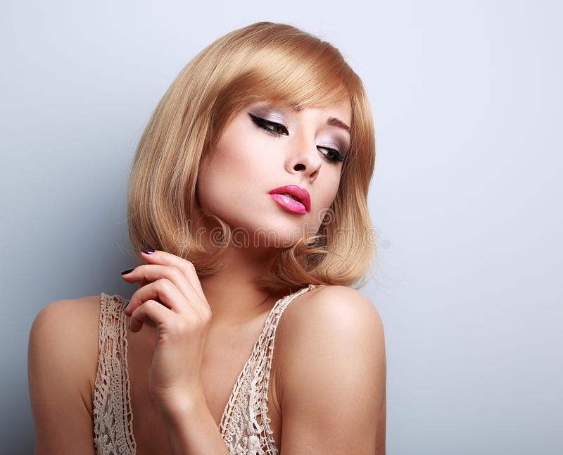 Belle femme intelligente de maquillage avec la coiffure blonde regardant le Dow photos stock