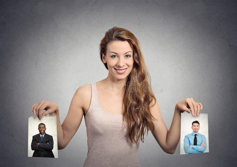 Belle femme irrésolue au sujet de quel homme à choisir Émotions humaines image stock
