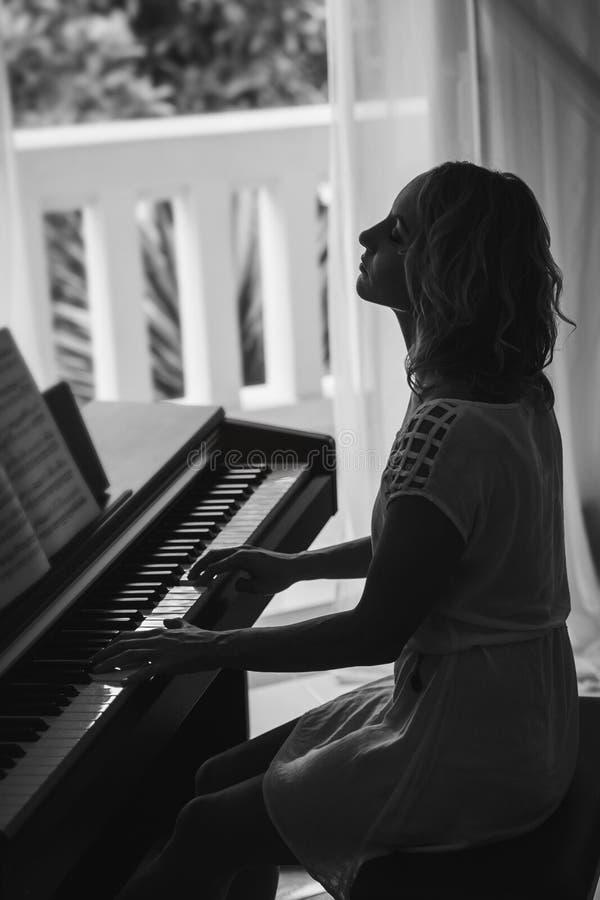 Belle femme jouant le piano Rebecca 36 image libre de droits