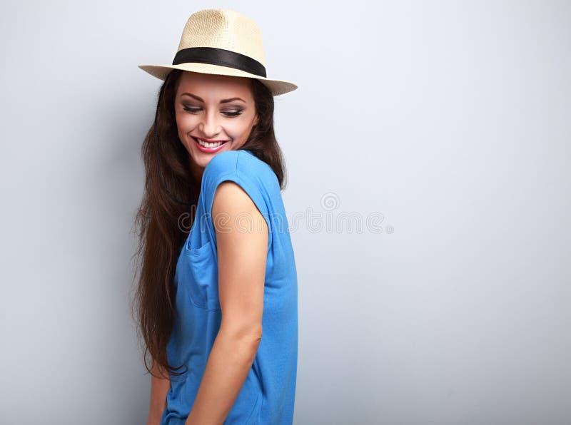 Belle femme joying avec le chapeau de paille regardant vers le bas avec naturel photo stock