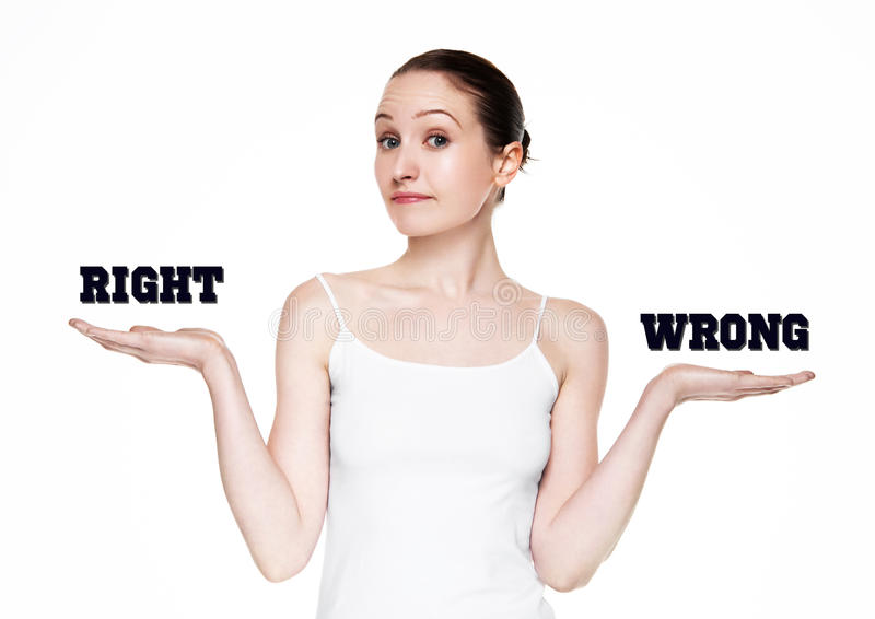 Belle femme jugeant des mots droits et faux photographie stock