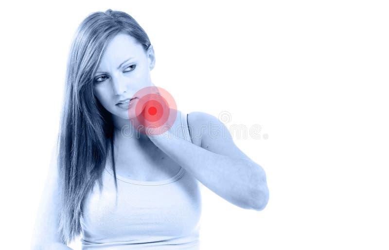 Belle femme jugeant son cou en raison de la douleur d'isolement photos libres de droits