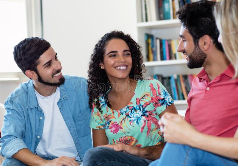 Belle femme latino-am?ricaine parlant avec des amis photo libre de droits