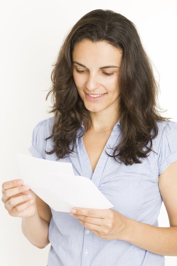 Belle femme lisant une lettre images libres de droits