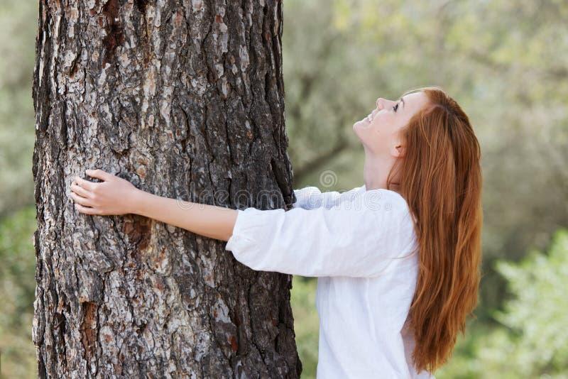 Belle femme lui montrant l'amour de la nature images stock