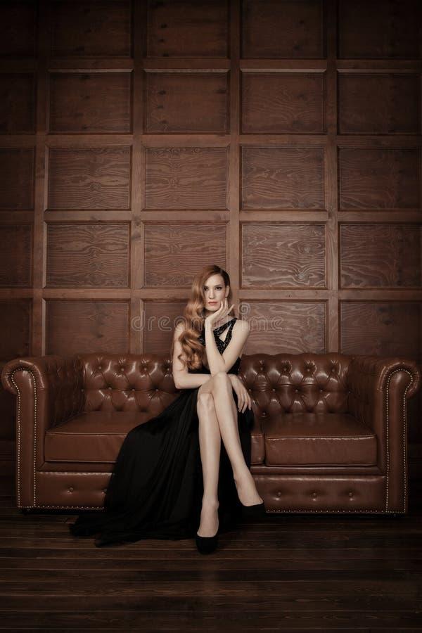 Belle femme luxueuse s'asseyant sur un vi en cuir images libres de droits