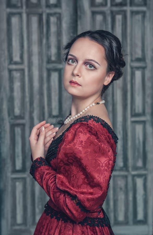 Download Belle Femme Médiévale Dans La Robe Rouge Photo stock - Image du magnifique, personne: 45350058