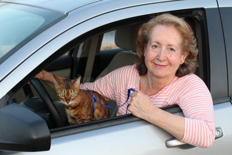 Belle femme mûre prenant son chat à des vacances photographie stock libre de droits