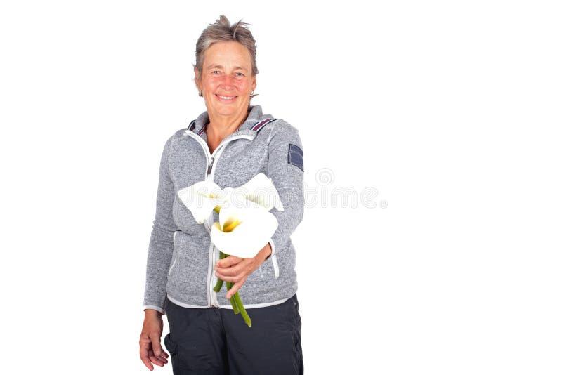 Belle femme mûre avec les fleurs de floraison de cala image libre de droits