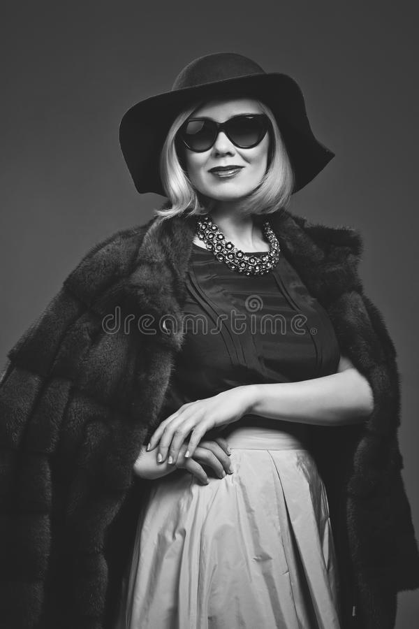 Belle femme mûre dans le manteau de fourrure naturel photos libres de droits