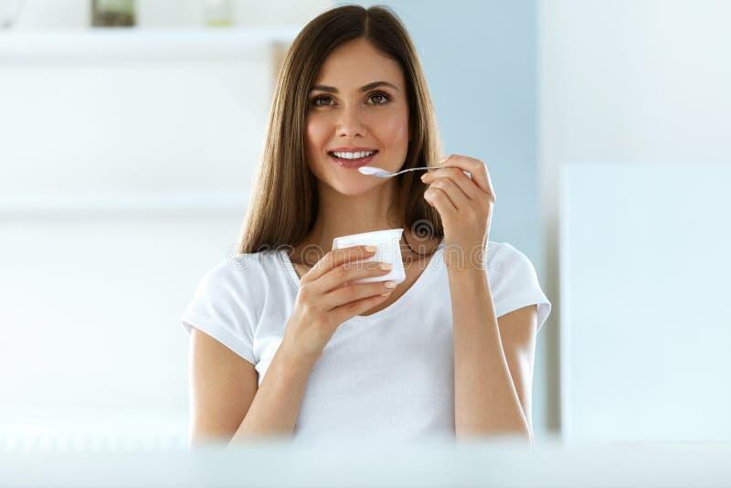 Belle femme mangeant du yaourt organique Nutrition d'alimentation saine image stock