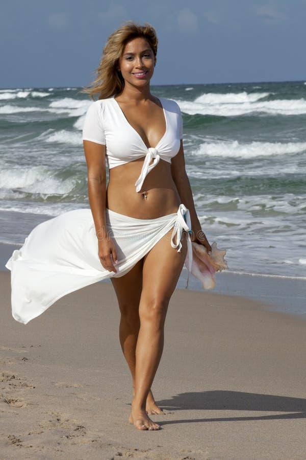 Belle femme marchant sur la plage photo libre de droits