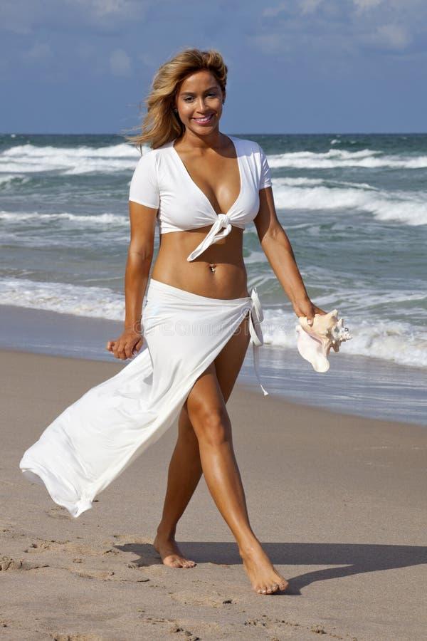 Belle femme marchant sur la plage photos libres de droits