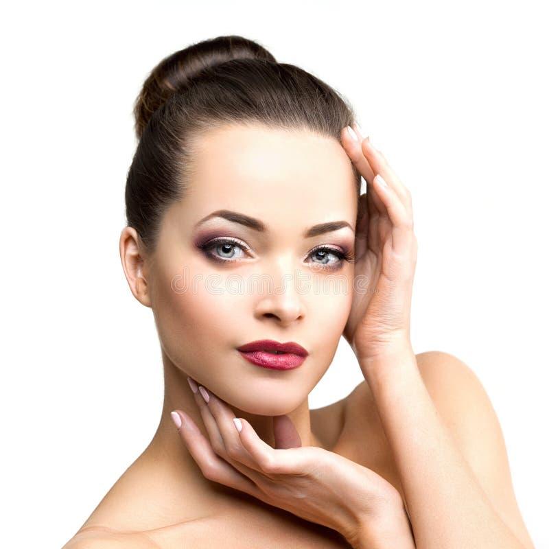 Belle femme modèle dans fille moderne de maquillage de salon de beauté la jeune i photos libres de droits