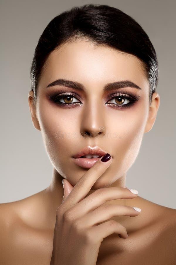 Belle femme modèle dans fille moderne de maquillage de salon de beauté la jeune i images stock