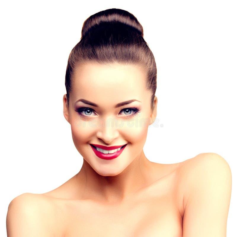 Belle femme modèle dans fille moderne de maquillage de salon de beauté la jeune i photos stock
