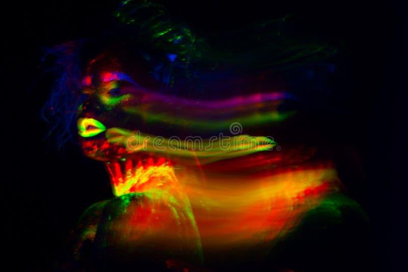 Belle femme modèle extraterrestre avec le heair bleu et lèvres vertes dans la lampe au néon C'est portrait de beau modèle image libre de droits