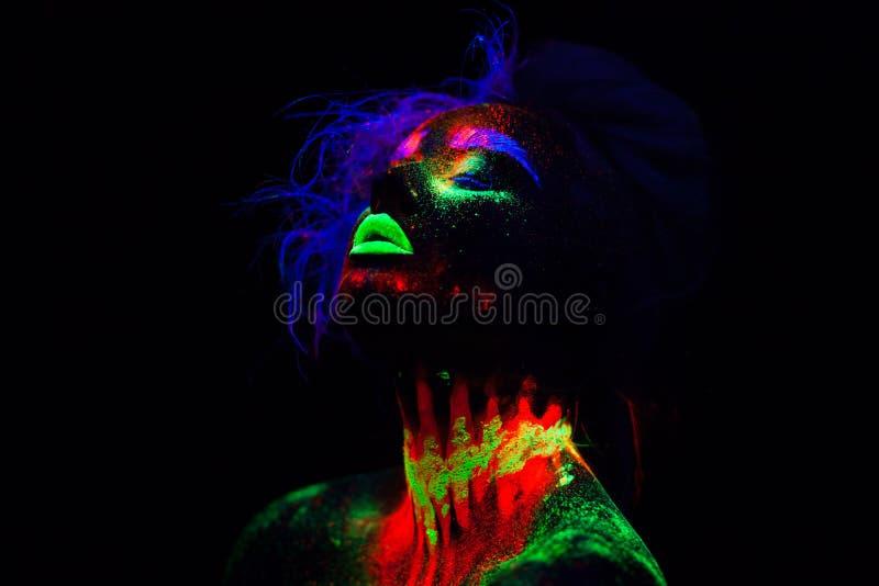 Belle femme modèle extraterrestre avec les cheveux bleus et les lèvres vertes dans la lampe au néon C'est portrait de beau modèle photographie stock libre de droits
