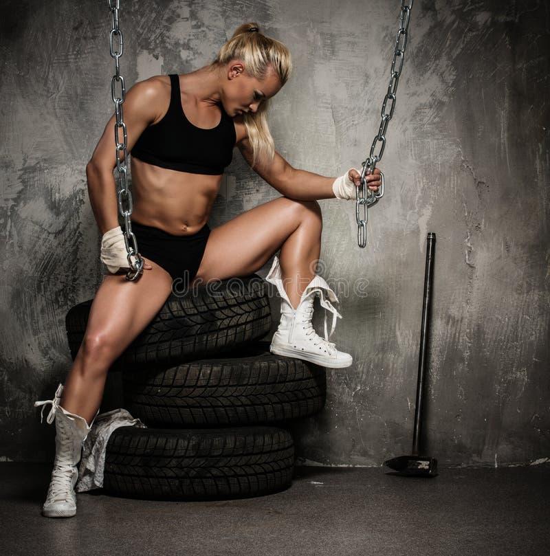 Belle femme musculaire de bodybuilder images stock