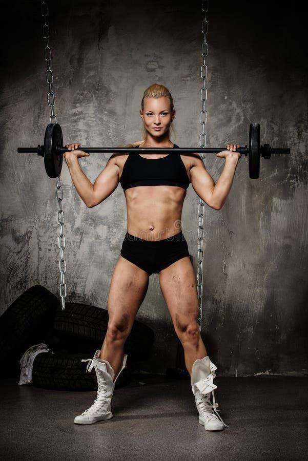 Belle femme musculaire de bodybuilder photo libre de droits