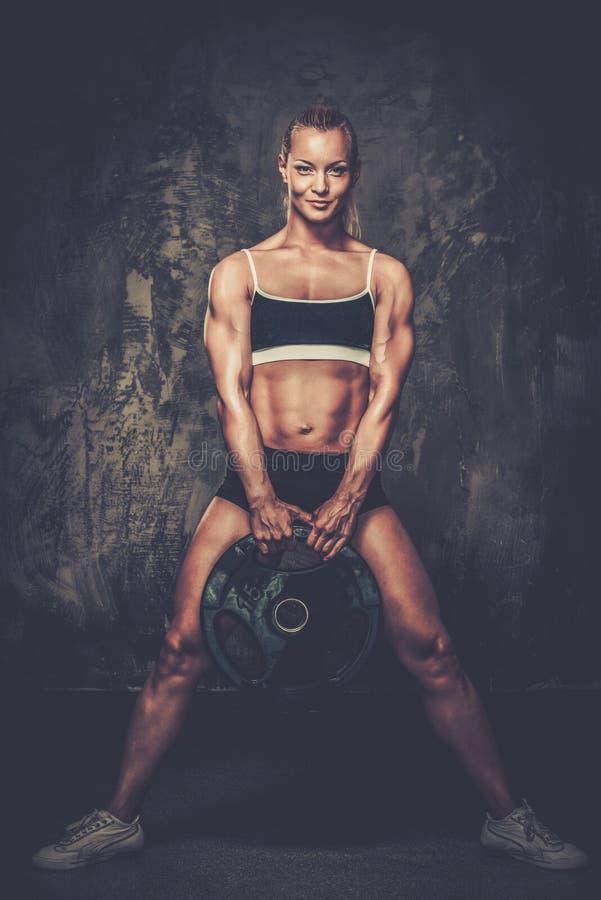 Belle femme musculaire de bodybuilder photographie stock libre de droits