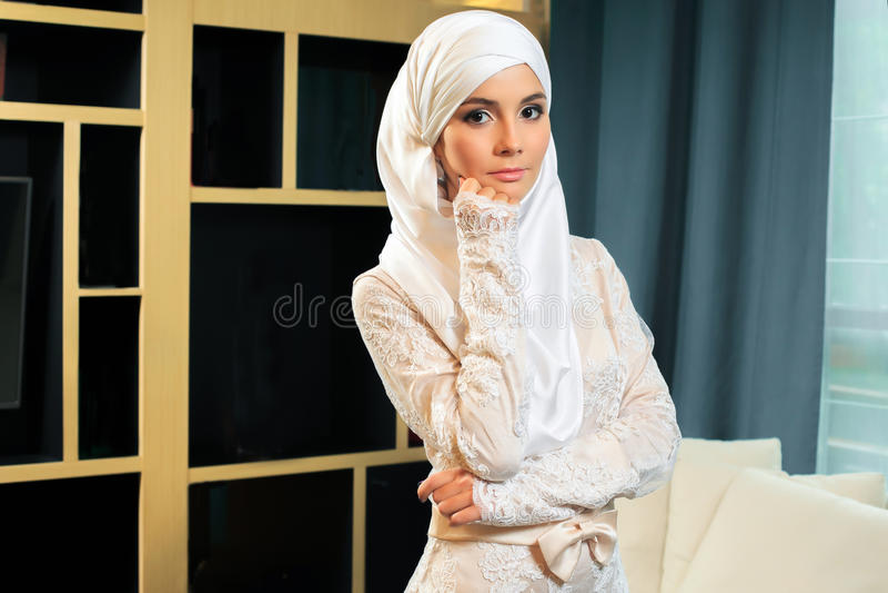Belle femme musulmane dans la robe de mariage image stock