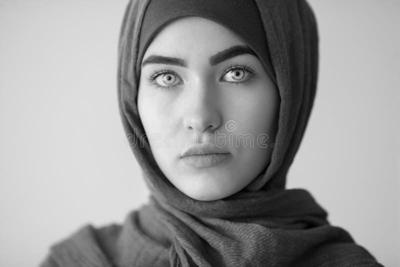 Belle femme musulmane, portrait noir et blanc photographie stock libre de droits