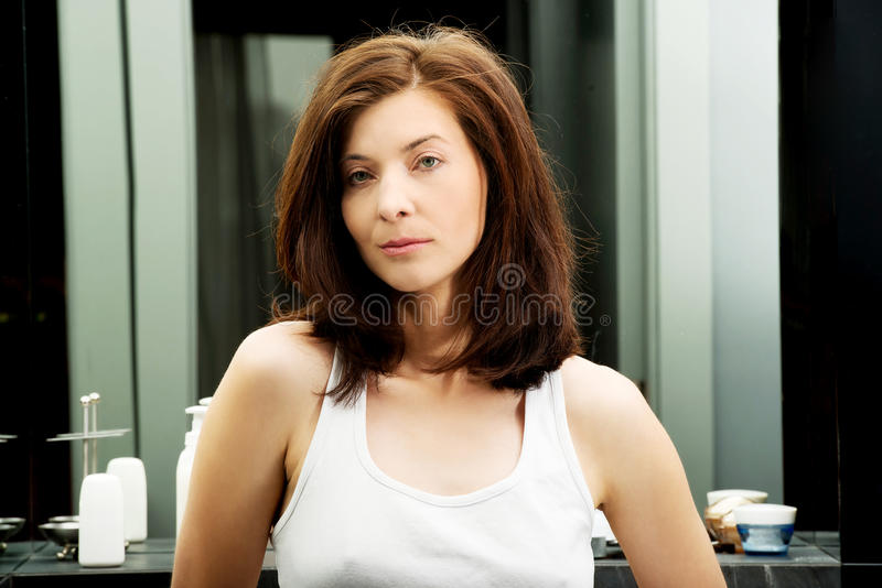 Belle femme naturelle dans la salle de bains photo libre de droits