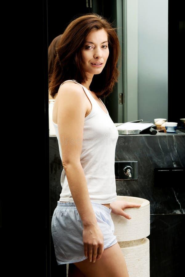 Belle femme naturelle dans la salle de bains photographie stock