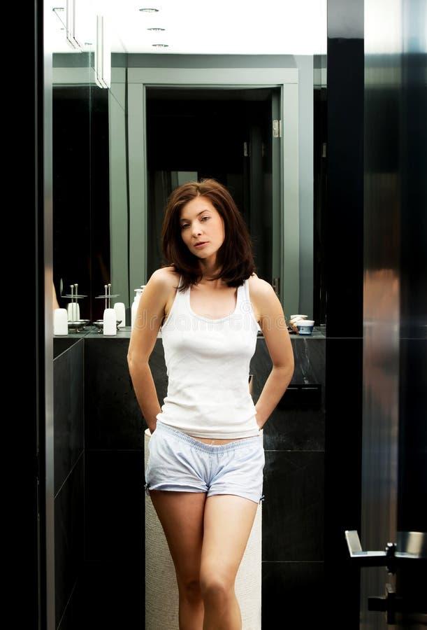 Belle femme naturelle dans la salle de bains photographie stock libre de droits